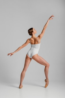 Pełne ujęcie piękna baletnica pozowanie