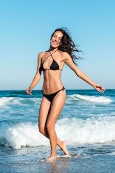 Pełne ujęcie pięknej dziewczyny na plaży