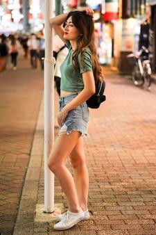 Pełne ujęcie pięknej japońskiej dziewczyny