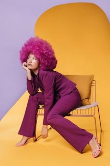 Pełne ujęcie pięknej kobiety w fioletowym garniturze
