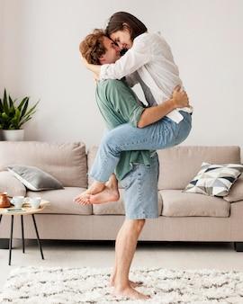 Pełne ujęcie przytulanie pary