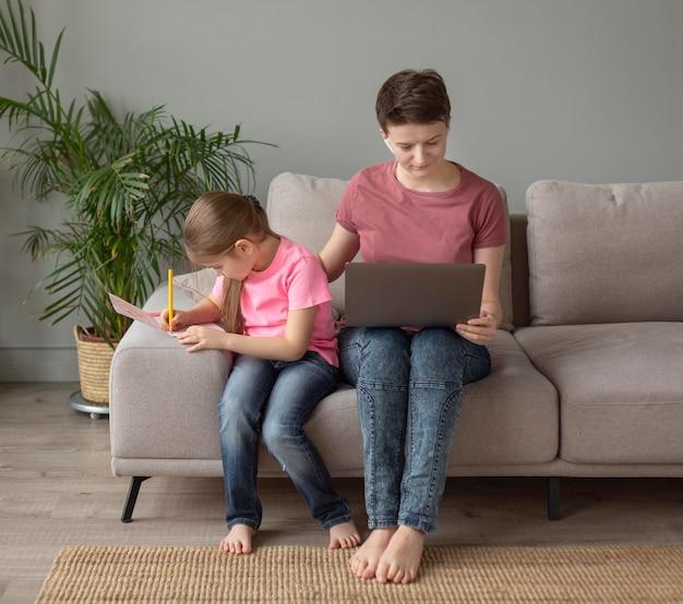 Pełne ujęcie rodzica i dziecka w domu