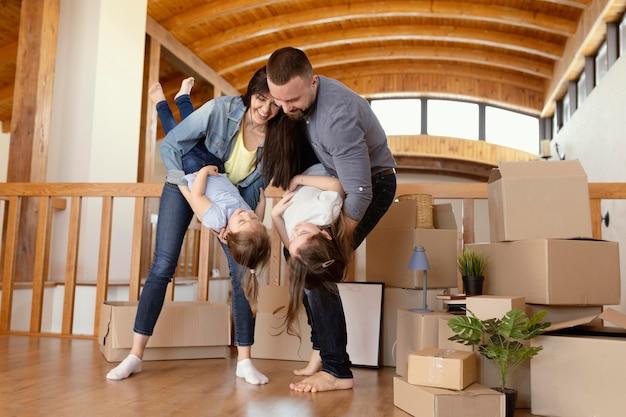 Pełne ujęcie rodziców bawiących się z dziećmi