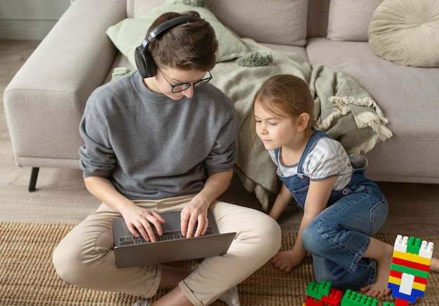 Pełne ujęcie rodziców i dzieciaka na podłodze