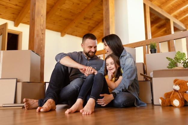 Pełne ujęcie rodziców i dziecka w pomieszczeniu