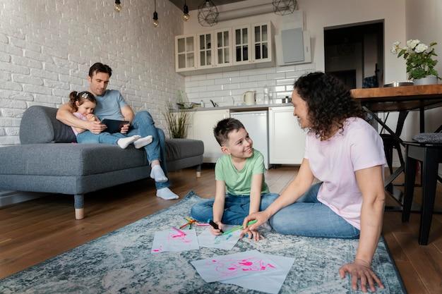 Pełne ujęcie rodziny spędzającej razem czas