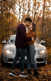 Pełne ujęcie romantycznej pary w lesie