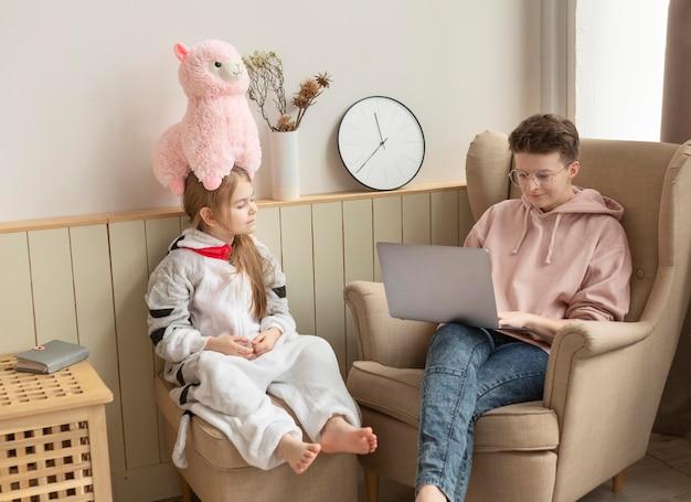 Pełne ujęcie siedzącego rodzica i dziecka