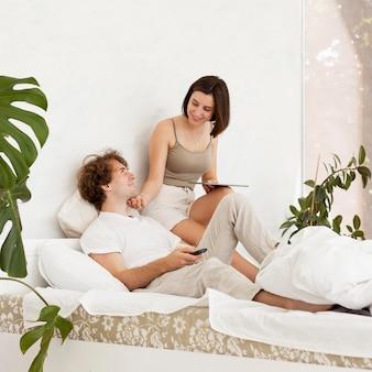 Pełne ujęcie śliczna para w sypialni