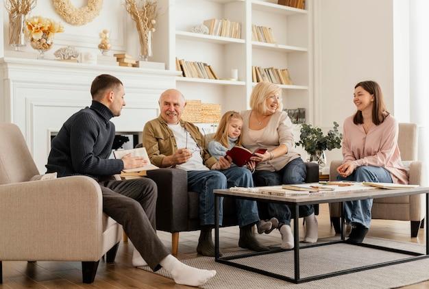 Pełne ujęcie spotkania rodzinnego