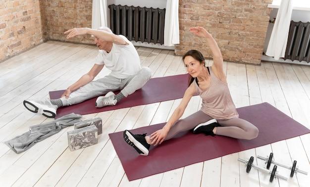 Pełne ujęcie starszych osób ćwiczących
