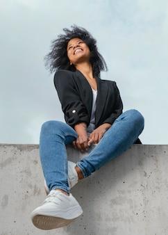 Pełne ujęcie szczęśliwa kobieta pozuje na zewnątrz