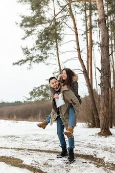 Pełne ujęcie szczęśliwa para z wanderlust