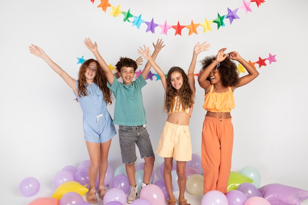 Pełne ujęcie szczęśliwe dzieci świętujące