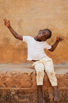 Pełne ujęcie szczęśliwego dziecka na zewnątrz
