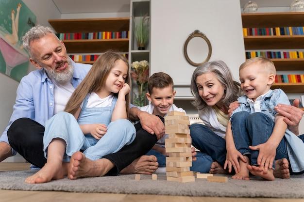 Pełne ujęcie szczęśliwej rodziny w domu