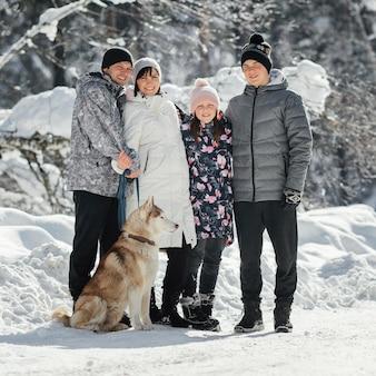 Pełne ujęcie szczęśliwej rodziny z psem