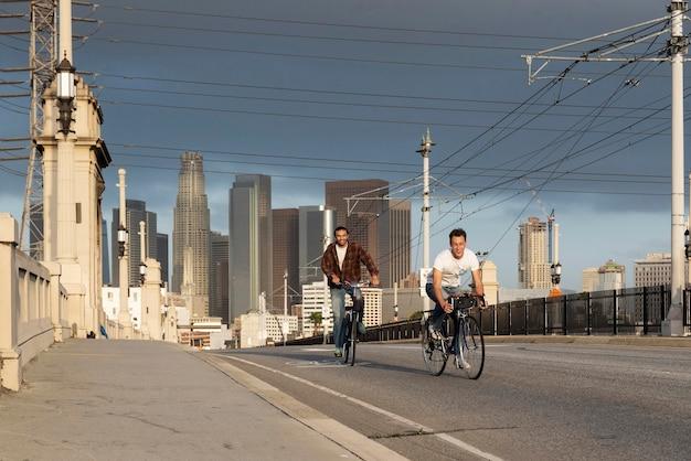 Pełne ujęcie szczęśliwych mężczyzn jeżdżących na rowerach