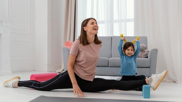 Pełne ujęcie szkolenia dziewczynki i matki