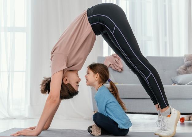 Pełne ujęcie szkolenia kobiet i dzieci