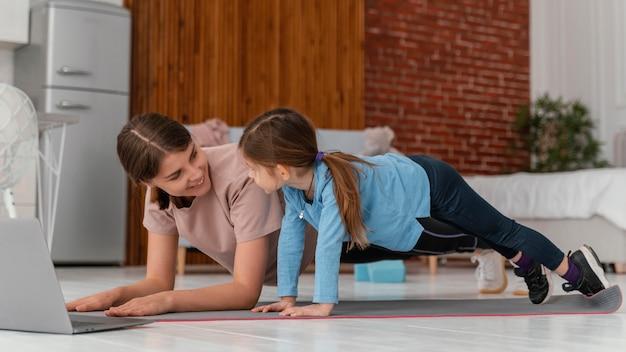 Pełne ujęcie szkolenia kobiety i dziewczyny