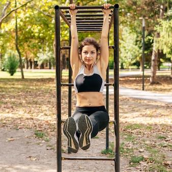 Pełne Ujęcie Uśmiechnięta Kobieta ćwiczeń Premium Zdjęcia