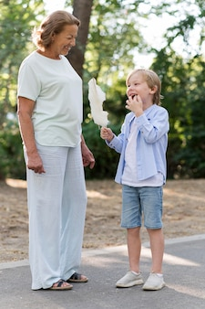 Pełne ujęcie uśmiechniętego dziecka jedzącego watę cukrową