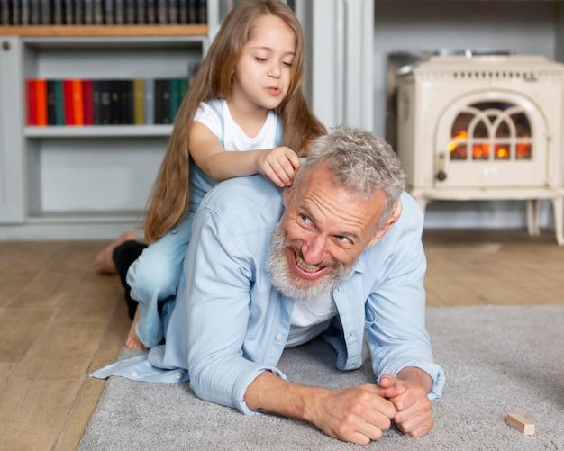 Pełne ujęcie wnuka i mężczyzny