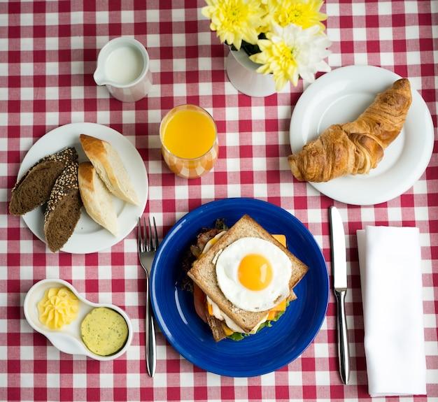 Pełne włoskie śniadanie w piękny poranek, widok z góry?