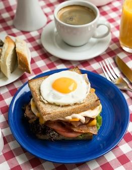 Pełne włoskie śniadanie w piękny poranek z kawą, kanapką i jajkiem?