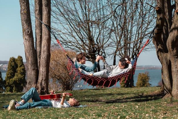 Pełne zdjęcia przyjaciół spędzających czas na łonie natury