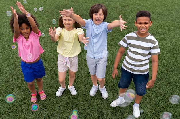 Pełne zdjęcie buźki dzieci na zewnątrz
