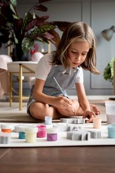 Pełne zdjęcie dziecka na malowaniu podłogowym