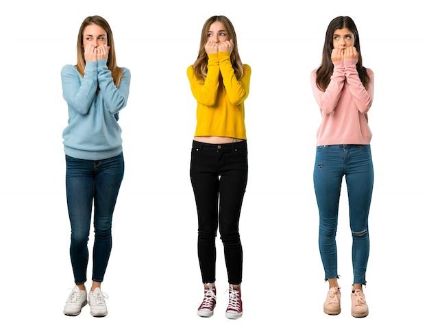 Pełne zdjęcie grupy ludzi w kolorowych ubraniach jest trochę zdenerwowane i przerażone
