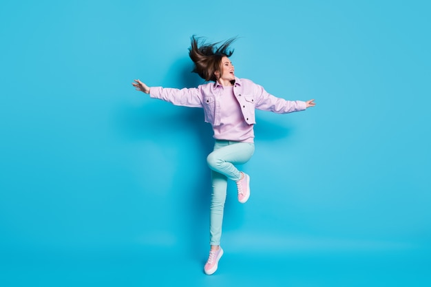 Pełne zdjęcie śmiesznej damy skaczącej wysoko ciesząc się słonecznym dniem dobrej pogody fryzura lot