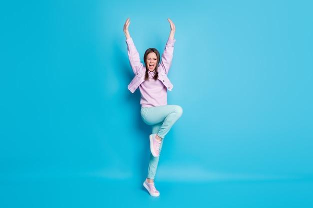 Pełne zdjęcie szalonej ładnej kobiety podskakującej, wspierającej kapitana drużyny sportowej cheerleaderki