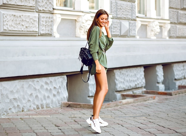 Pełnej długości moda plenerowa obraz stylowej kobiety spaceru na ulicy
