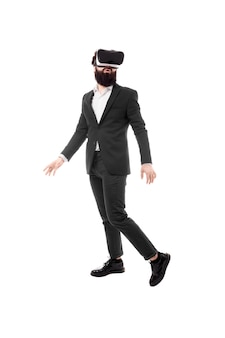 Pełnej długości portret biznesmen w okularach wirtualnej rzeczywistości, na białym tle na białej przestrzeni