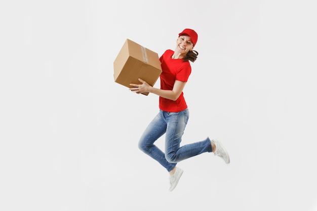 Pełnej długości portret kobiety dostawy zabawy w czerwonym kapturku, t-shirt na białym tle. kobieta kurier lub dealer skoki z pustym pudełkiem kartonowym. odbieranie pakietu. skopiuj miejsce na reklamę.