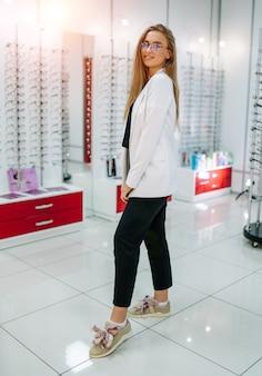 Pełnej długości portret kobiety przedstawiające okulary. surowe z okularami korekcyjnymi. sklep z okularami.