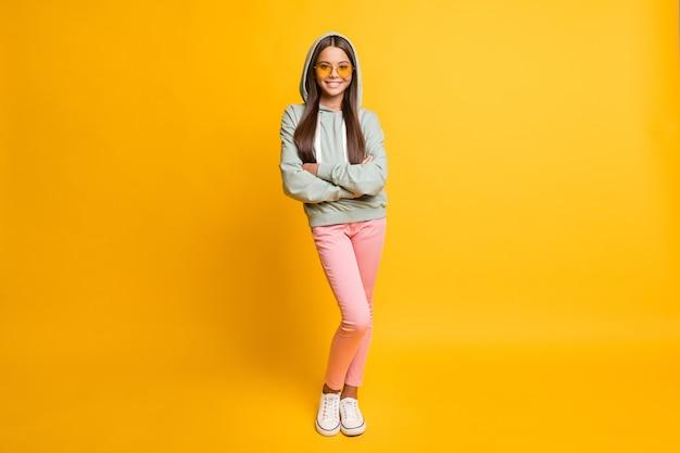 Pełnej długości portret małych ludzi skrzyżowanych ramion jasne okulary przeciwsłoneczne na żywym żółtym kolorze tła