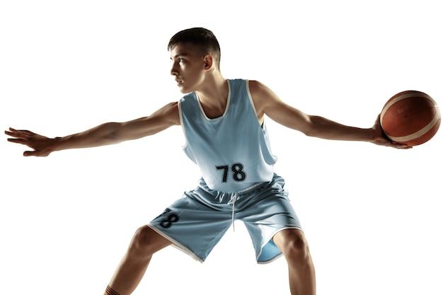 Pełnej długości portret młodego koszykarza z piłką na białym tle na białej przestrzeni