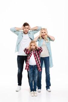 Pełnej długości portret niezadowolonej zdenerwowanej rodziny