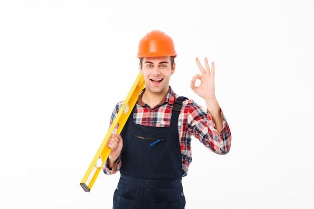 Pełnej długości portret odnoszącego sukcesy młodego męskiego budowniczego