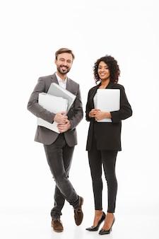 Pełnej długości portret pary biznesowej gospodarstwa folderów