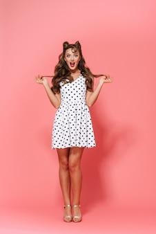Pełnej Długości Portret Pięknej Młodej Dziewczyny Pin-up Na Sobie Sukienkę Stojącą Na Białym Tle, Pozowanie Premium Zdjęcia