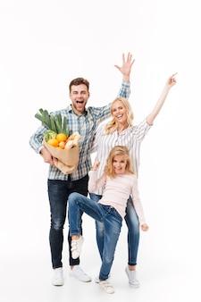 Pełnej długości portret podekscytowanej rodziny