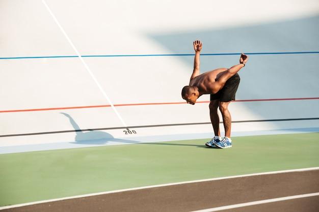 Pełnej długości portret półnagiego sprawnego afrykańskiego sportowca