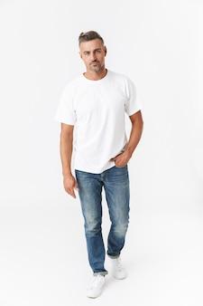 Pełnej długości portret przystojny mężczyzna dorywczo stojący na białym tle