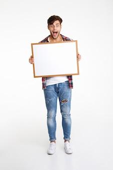 Pełnej długości portret rozbawionego wesołego faceta